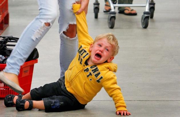 Детские истерики: как реагировать