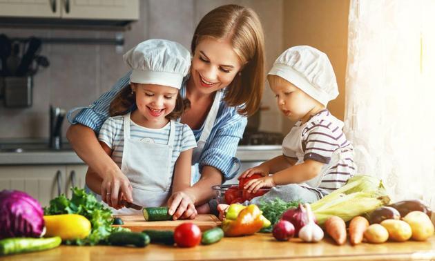 Чем занять детей с пользой? Готовим на кухне с ребенком!