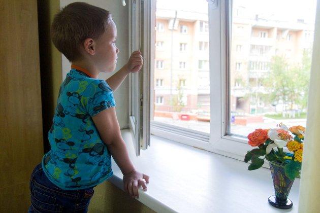 Что надо сделать родителям для безопасности малыша в доме