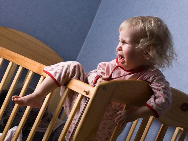 Ребенок не спит у себя в постельке